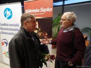 Irenausz Kazimierczyk v rozhovoru s nestorem fotoreportérů polské části Slezska Zygmuntem Wieczorkiem (vpravo), dlouholetým fotoreportérem Trybuny Robotniczej
